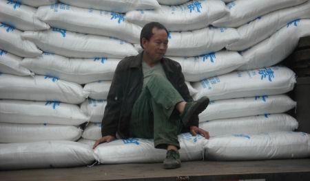 man-rijstzakken.jpg